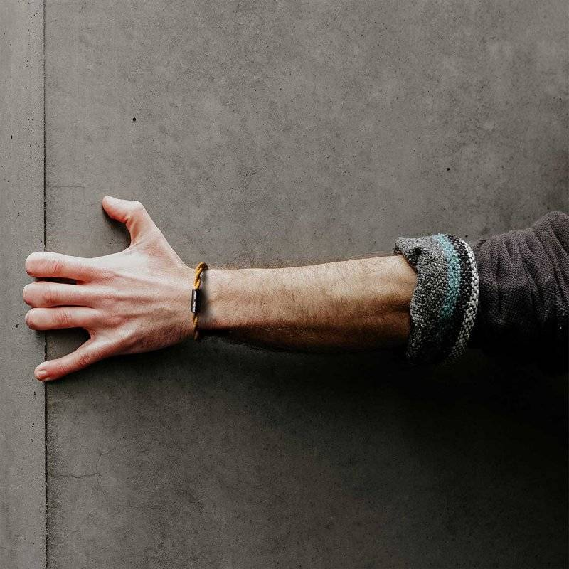 Bracelet avec fermoir magnétique noir mat et câble TM25 (effet soie tissu uni Moutarde)